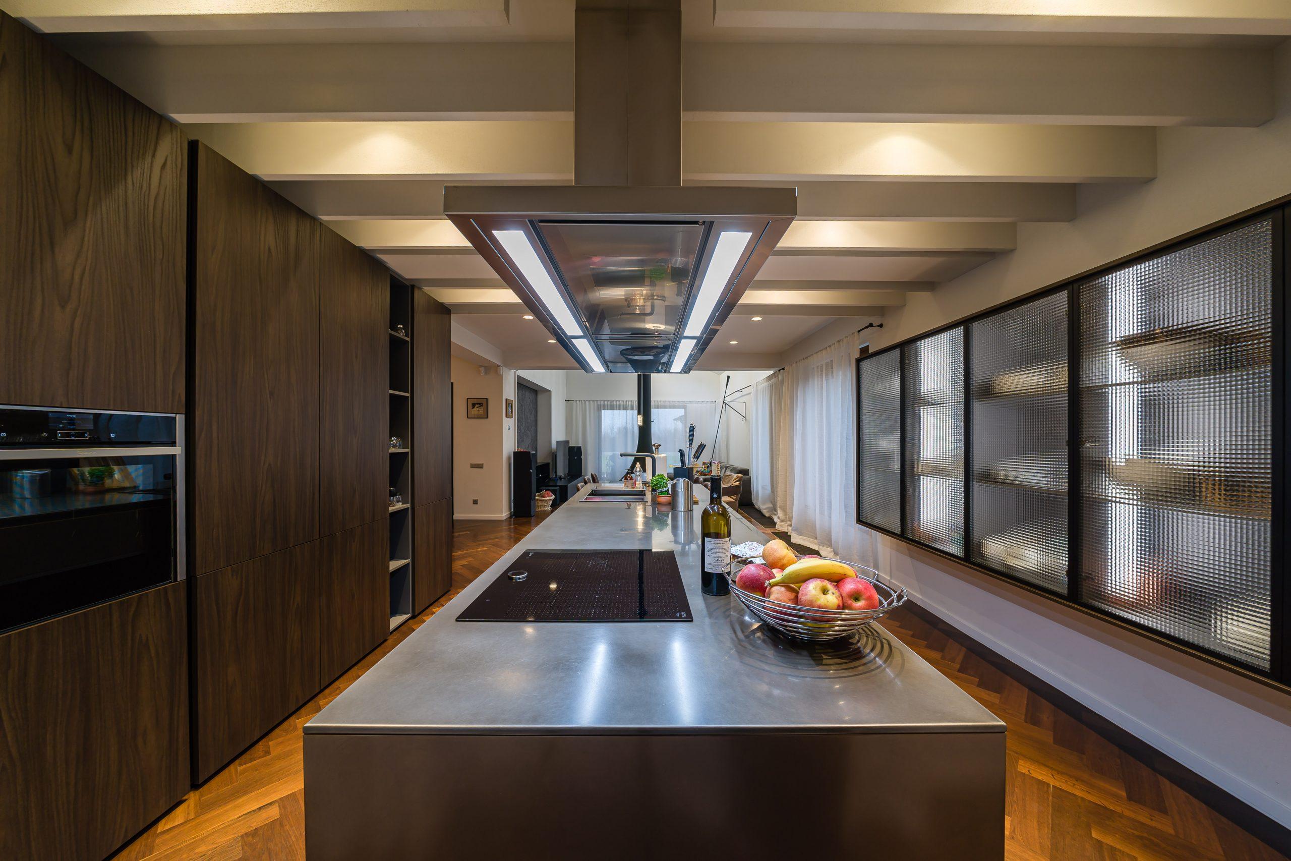 Noua casă a familiei Triță. Discuții de bucătărie și design interior