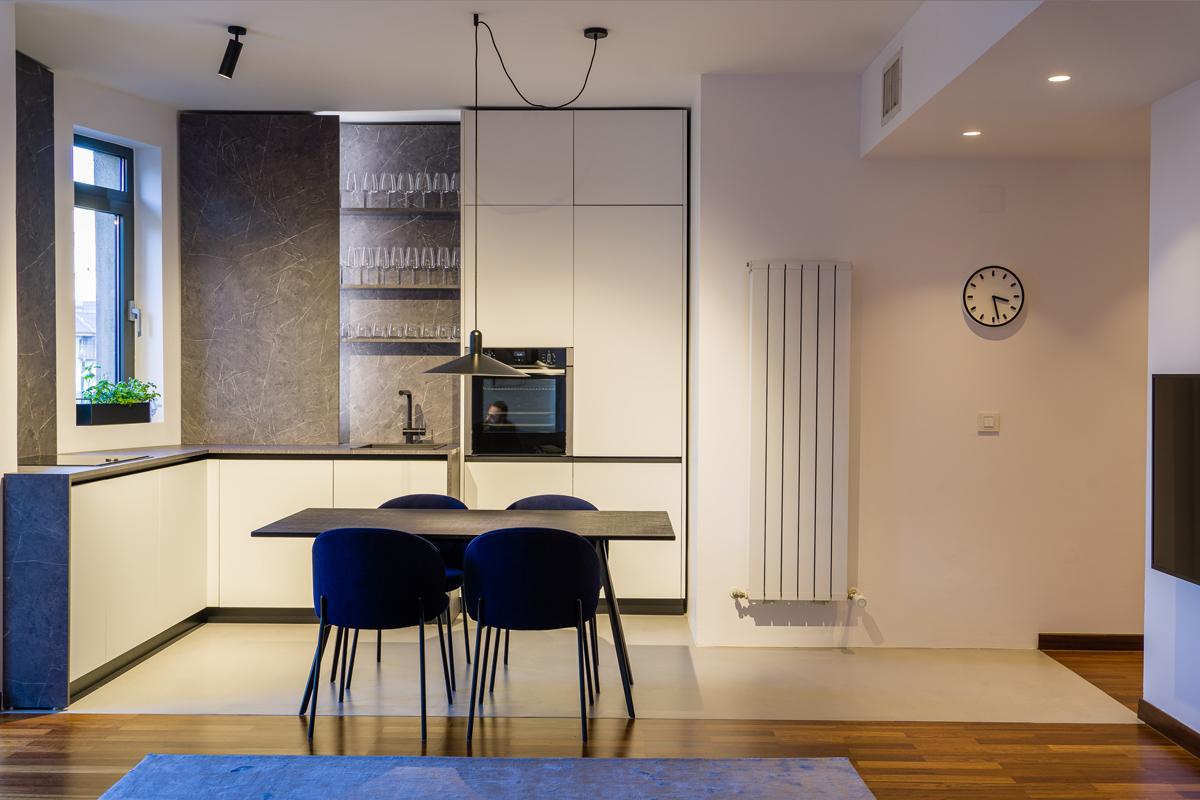 Proiect de bucătărie minimalistă într-un spațiu cu geometrie complicată